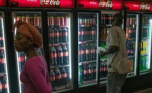 Des Sud-Africains devant des distributeurs de soda dans la localité de Zandspruit, près de Johannesburg, le 15 mars 2016