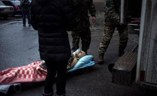 Un blessé arrive à l'höpital d'Artemivsk près de la ligne de front dans l'est de l'Ukraine, le 29 janvier 2014