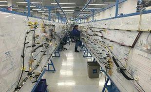 Un employé mexicain à pied d'oeuvre dans l'une des cinq usines de câblages électriques pour avions dont dispose Safran à Chihuahua, au nord du Mexique, le 12 février 2016