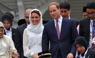 Le prince William et son épouse Kate devaient poursuivre dimanche aux îles Salomon leur tournée en Asie-Pacifique en l'honneur des 60 ans de règne d'Elizabeth, troublée par la publication dans la presse étrangère de photos montrant la jeune femme seins nus.