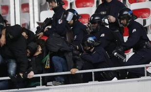 Affrontements entre supporters et forces de l'ordre dans les tribunes du stade de l'Allianz Arena de Nice avant le coup d'envoi du match de Ligue 1 entre Nice et Saint-Etienne le 24 novembre 2013