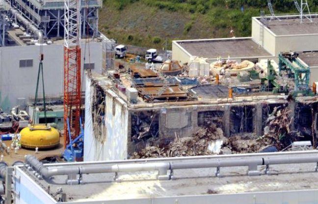 Travaux sur le toit du réacteur 4 de la centrale de Fukushima, le 10 août 2012.
