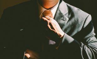 Illustration d'un homme mettant une cravate.