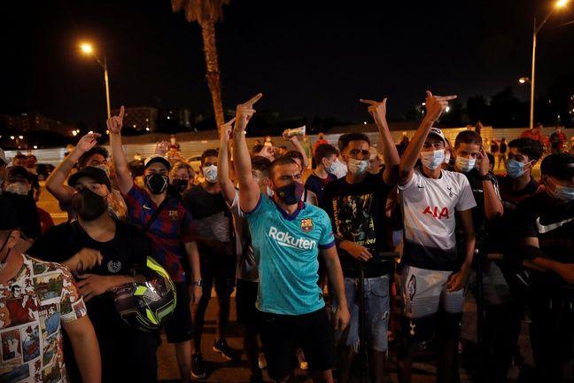 Des supporters du Barça se sont rassemblés aux abords du Camp Nou pour demander la démission du président Bartomeu, mardi soir.