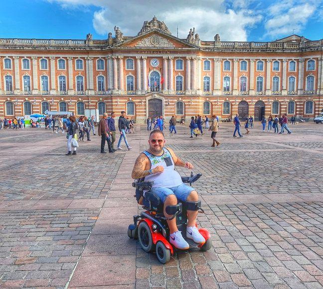 L'ancien rugbyman Tony Moggio sur la place du Capitole, à Toulouse.