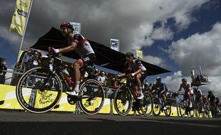 Le peloton du Tour de France ici lors de la 2e étape entre Perros-Guirec et Mûr-de-Bretagne, le 27 juin 2021.