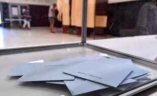 Quelques bulletins de vote dans une urne, lors des élections législatives de 2017. (archives)