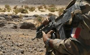Illustration: un Famas dans les mains d'un soldat français.