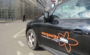 Une voiture du réseau Marguerite, place de la République à Nantes