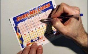 Le gouvernement va interdire aux mineurs les jeux de loterie et les pronostics sportifs commercialisés par La Française des Jeux (FDJ) pour lutter contre la dépendance aux jeux, a annoncé le ministre délégué au Budget Jean-François Copé dans un entretien publié jeudi par Le Figaro.