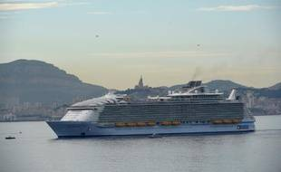 L'Harmony of the Seas entre dans le port de Marseille, le 21 juin 2016