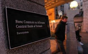 Un homme sort de la banque d'Irlande, à Dublin, le 18 novembre 2010.