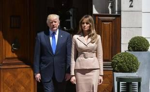 Le président Donald Trump et sa femme Melania attendent le président français Emmanuel Macron devant l'ambassade des Etats-Unis, le 25 mai 2017.