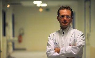 Le professeur Philippe Juvin, secrétaire national de l'UMP, a été nommé vendredi chef des urgences de l'Hôpital européen Georges-Pompidou (HEGP), un choix suspecté d'être lié à son engagement politique et contesté au nom du cumul des fonctions, selon des sources hospitalières.