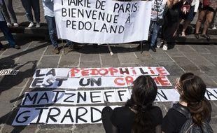 Une trentaine de personnes se sont rassemblées devant la mairie ce jeudi.