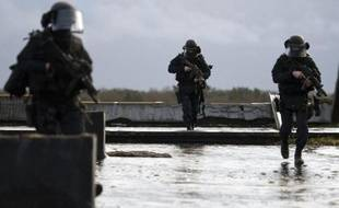 Des membres du Groupe d'intervention de la gendarmerie nationale (GIGN) participent à une session d'entraînement à la base de Mondesir, près d'Etampes en France, le 10 janvier 2011