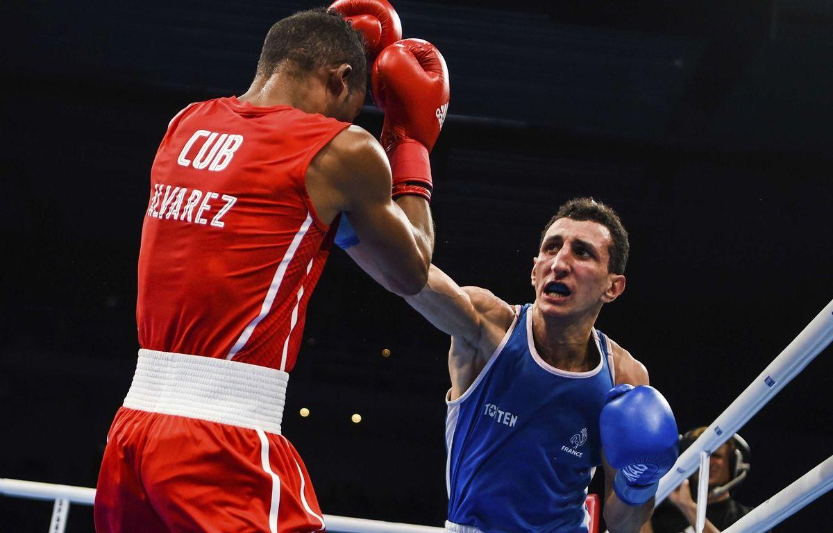 Sofiane Oumiha lors de sa victoire en finale des championnats du monde amateurs, catégorie poids léger, contre le Cubain Lazaro Alvarez Estrada, le 2 septembre 2017 à Hambourg, en Allemagne. – Ch. Gateau / AP / Sipa