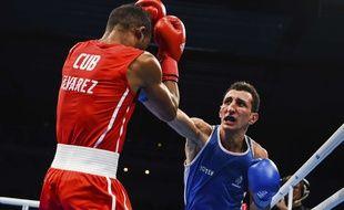Sofiane Oumiha lors de sa victoire en finale des championnats du monde amateurs, catégorie poids léger, contre le Cubain Lazaro Alvarez Estrada, le 2 septembre 2017 à Hambourg, en Allemagne.