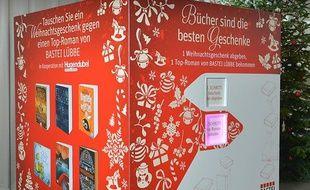 La machine a échanger les cadeaux nuls contre des bouquins a été mis au point par une maison d'édition allemande.