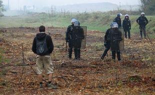 Gendarmes face à un militant anti-barrage à SIvens le 29 septembre 2014.