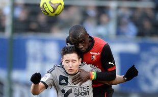 Florian Thauvin au duel avec Cheick Mbengué lors de Rennes-OM, le 7 février 2015.