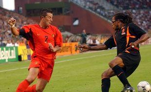 En août 2003, Eric Deflandre (à gauche) n'hésitait pas à tenter de dribbler Edgar Davids lors d'un match amical entre la Belgique et les Pays-Bas.