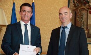 Le Premier ministre Manuel Valls et le professeur d'université Yannick L'Horty le 12 juillet 2016 à Paris