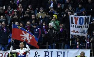 Lyon's Spanish forward Mariano Diaz celebrates after scoring a goal during the French L1 football match Olympique Lyonnais (OL) versus AS Saint-Etienne (ASSE) on February 25, 2018 at the Groupama Stadium in Decines-Charpieu, near Lyon, central-eastern France. / AFP PHOTO / JEFF PACHOUD