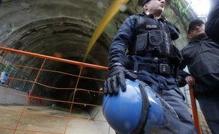 Des policiers italiens gardent le 23 mars 2013 à Chiomonte une galerie de reconnaissance sur le chantier de la ligne du TGV Lyon-Turin, mise en cause par les écologistes