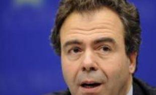 Le contrôle antidrogue, mené le 19 novembre par des gendarmes avec des chiens dans un collège de Marciac (Gers), a été critiqué mercredi par le porte-parole du gouvernement Luc Chatel, la ministre de l'Intérieur Michèle Alliot-Marie demandant une enquête interne.