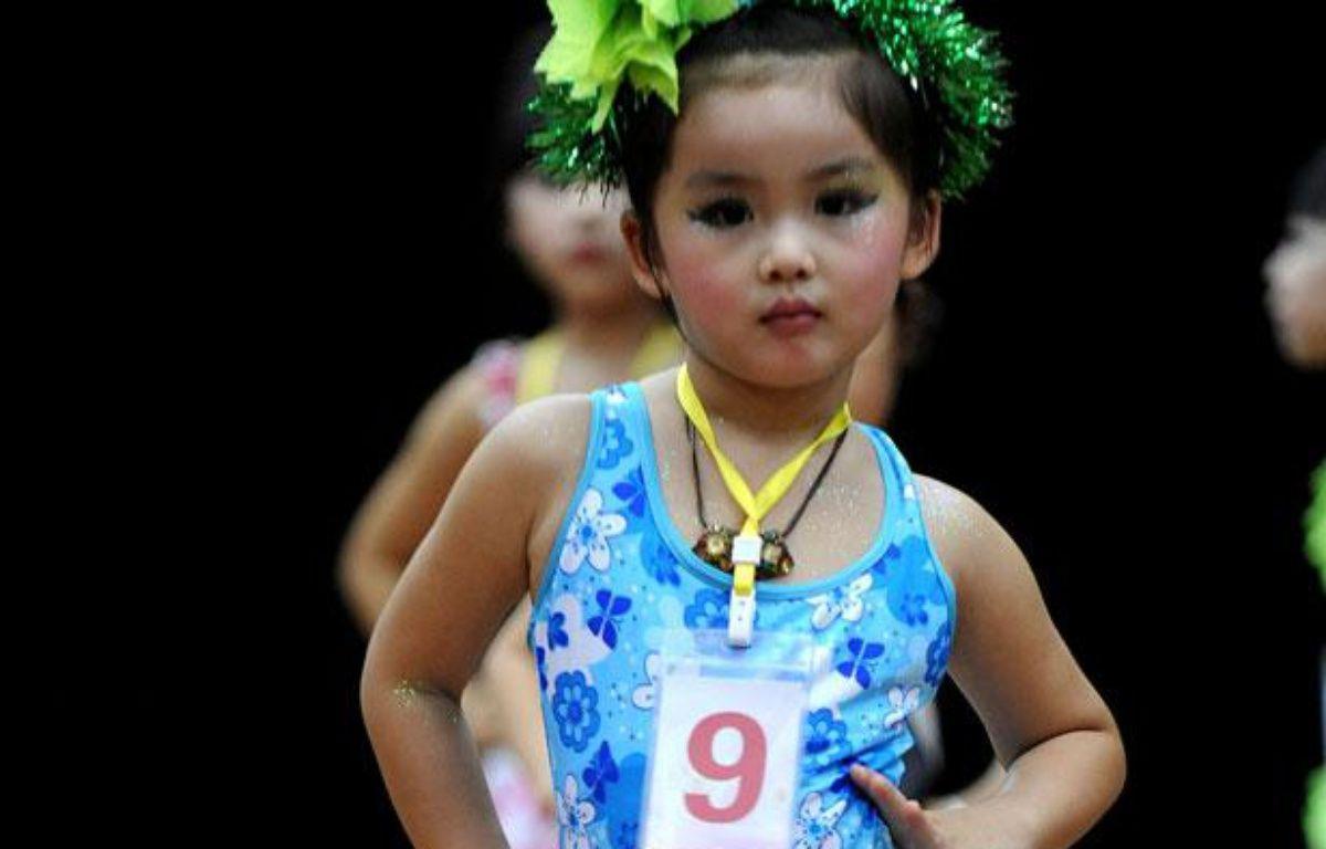 Une petite fille participe à un concours de beauté pour enfant, à Hefei, dans l'est de la Chine, le 27 juillet 2009. – CHINA OUT AFP PHOTO