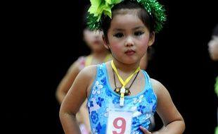 Une petite fille participe à un concours de beauté pour enfant, à Hefei, dans l'est de la Chine, le 27 juillet 2009.