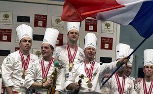 Marc Rivière (celui qui tient le drapeau tricolore), avec son équipe.