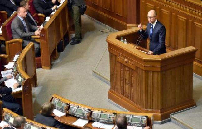 Le Premier ministre ukrainien Arseni Iatseniouk s'adresse au Parlement à Kiev le 2 décembre 2014