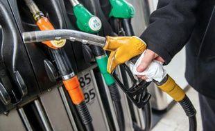 Des pompes à essence dans une station-service, le 16 janvier 2015 sur l'autoroute A25 dans le nord de la France.