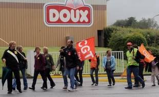 Le tribunal de commerce de Quimper rend mercredi sa décision sur le devenir du groupe volailler Doux : il devra principalement trancher entre une offre de reprise et le plan de continuation du PDG Charles Doux, deux scénarios impliquant de nombreuses suppressions d'emplois.