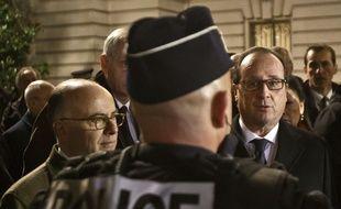 Bernard Cazeneuve et François Hollande à la rencontre des policiers le 31 décembre 2015 sur les Champs-Elysées.