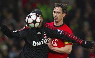 Le latéral de Manchester, Gary Neville, ici au contact avec Ronaldinho, le 10 mars 2010