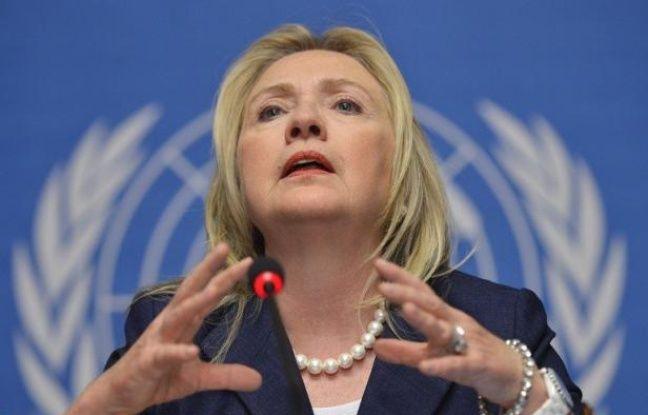 La secrétaire d'Etat américaine Hillary Clinton se rend jeudi à Paris pour assister vendredi à une réunion internationale sur la Syrie censée discuter du sort du président Bachar al-Assad, une conférence boycottée par la Russie et la Chine.