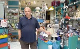 Mike dans sa boutique de lampes et d'électroménager, dans le centre d'Athènes.