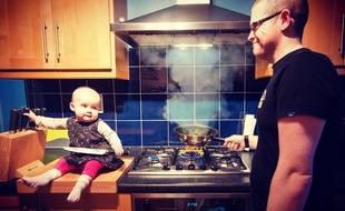 Stephen Crowley a mis en scène sa fille Hannah (18 mois) grâce à Photoshop, pour faire connaître une base de données pour donneurs de moelle et malades en attente de greffe.