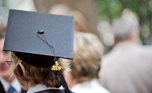 Une étudiante de l'université Paris-VI Pierre-et-Marie-Curie(UPMC) lors de la remise des diplôme de doctorat, le 13 juin 2009 à Paris