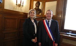 Le nouveau maire de Hénin-Beaumont, Steeve Briois (FN), pose avec Marine Le Pen dans son bureau à l'hôtel de ville.