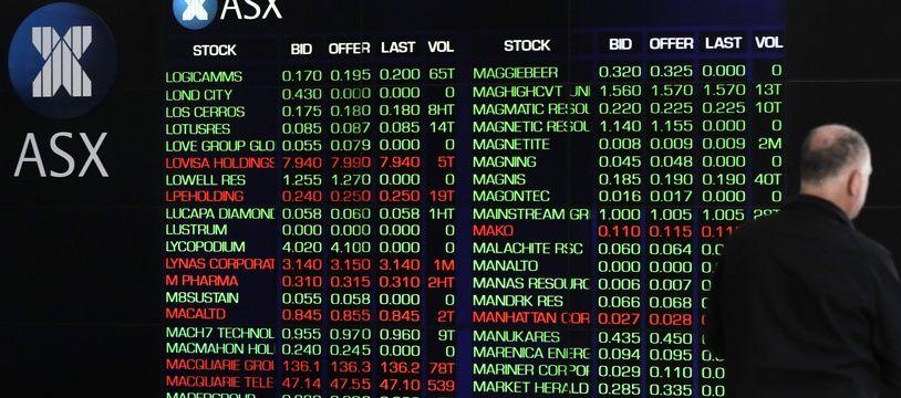 Les Bourses européennes s'envolaient lundi à la mi-journée, dopées par l'annonce d'un vaccin