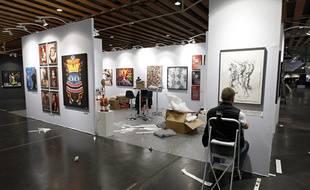 Un galeriste installe son stand lors de l'édition 2014 d'Art Up! à Lille.