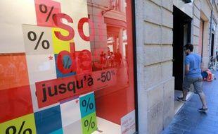 Un homme dans une boutique faisant la promotion des soldes le 24 juin 2015 à Bordeaux