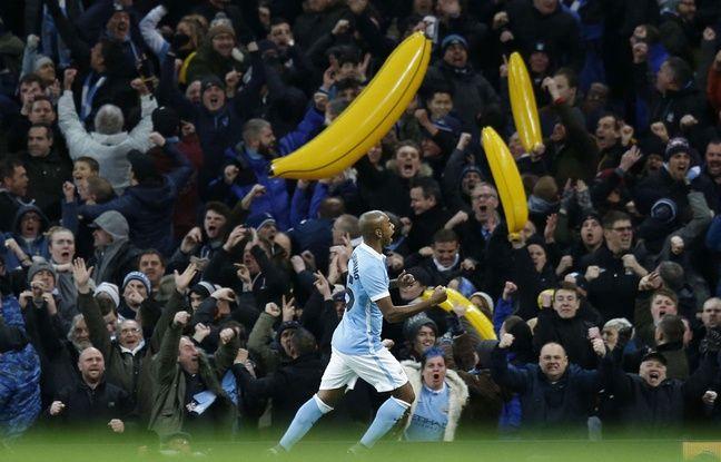 Des supporters de Manchester City avec des bananes gonflables le 27 janvier 2016.