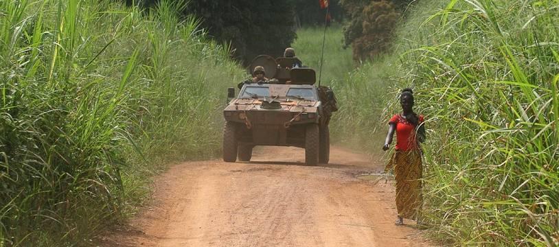 Des militaires français de la force Sangaris patrouillent dans le secteur de Sibut, au nord de Bangui (Centrafrique), le 25 septembre 2015.