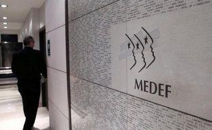 Le patronat français a décidé de soumettre au vote des actionnaires la rémunération des dirigeants de sociétés cotées, selon la mesure phare d'une nouvelle version de son code de bonnes pratiques présentée dimanche par le Medef et l'association Afep des grandes entreprises.