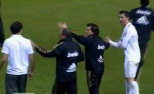 Capture d'écran de Cristiano Ronaldo adressant un bras d'honneur à Javi Martinez, le 2 mai 2012.